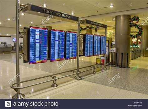 Airline Pilot In Terminal Stockfotos & Airline Pilot In